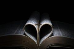 交叉和圣经 免版税图库摄影
