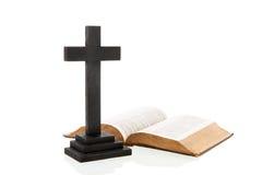 交叉和圣经 免版税库存照片