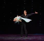 交叉固定和转动火鸟舞蹈这奥地利的世界舞蹈 免版税库存照片