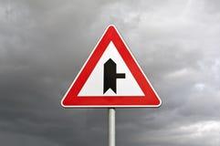 交叉点正确的路标 免版税库存照片