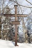 交叉的岗位在多雪forrest的 免版税库存照片