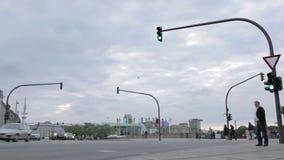 交叉路、红绿灯和步行者 股票录像