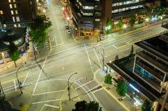 交叉路在一个市中心在晚上 免版税库存照片