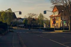 交叉路在郊区 库存照片