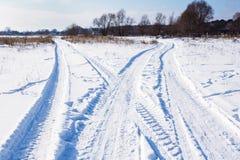 交叉路有雪的冬天路 库存照片