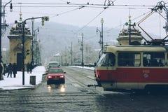 交叉路的街道视图有电车和汽车的 免版税库存照片