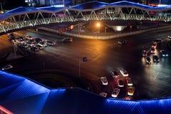交叉路街道视图在晚上 免版税库存照片