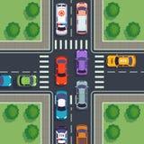 交叉路顶视图 从修造沥青边路屋顶的街道汽车上的城市汽车通行上面观看的房子路 皇族释放例证