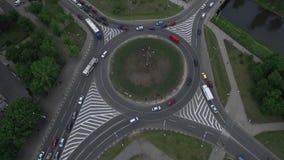 交叉路驾驶infrostructure的环形交通枢纽infrostructure 股票视频
