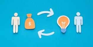 交换他的想法的Enterpreneur为投资者金钱 免版税库存图片