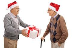 交换圣诞节礼物的前辈 免版税图库摄影