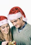 交换圣诞节礼物的夫妇 免版税库存照片