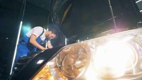 交换在一个人固定汽车的车灯 影视素材