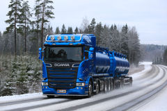 交换在冬天的蓝色斯科讷R580罐车 免版税库存图片