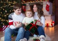 交换在圣诞树前面的系列礼品 库存照片