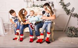 交换在圣诞节的家庭礼物 免版税库存照片