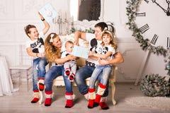 交换在圣诞节的家庭礼物 库存图片