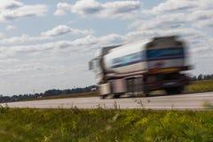 交换在路的运输有行动迷离的 被弄脏的图象后面 免版税库存照片