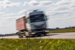 交换在路的运输有行动迷离的 被弄脏的图象后面 库存图片