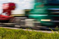 交换在路的运输有行动迷离的 被弄脏的图象后面 库存照片