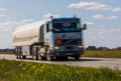 交换在路的运输有行动迷离的 被弄脏的图象后面 免版税图库摄影