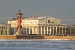 交换大厦和南有船嘴装饰的专栏的看法 晴朗的2月早晨 桥梁okhtinsky彼得斯堡俄国圣徒 库存照片