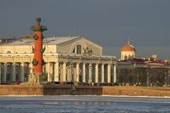 交换大厦和南有船嘴装饰的专栏晴朗的2月早晨 大教堂圆屋顶isaac ・彼得斯堡俄国s圣徒st 免版税图库摄影