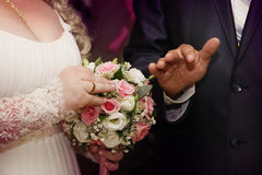 交换婚戒的年轻夫妇 免版税图库摄影
