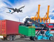 交换有起重机举和cago飞机飞行的运输集装箱 免版税库存照片