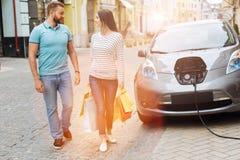 交换爱的美好的夫妇在街道上看 免版税库存照片