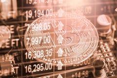 交换现代方式  Bitcoin是在全球性的方便付款 免版税库存图片