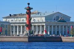 交换的有船嘴装饰的专栏和大厦在圣彼德堡,俄罗斯 免版税库存照片