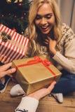 交换礼品的圣诞节夫妇 免版税库存图片