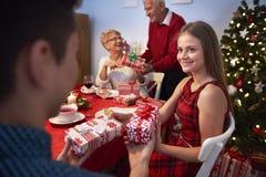 交换礼品的圣诞节 免版税库存照片