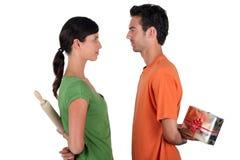 交换礼品的夫妇 免版税库存图片