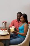 交换礼品的非洲裔美国人的夫妇 免版税库存照片
