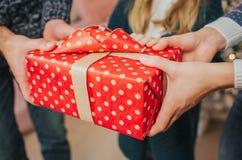 交换礼物的圣诞快乐和节日快乐快乐的母亲、父亲和她逗人喜爱的女儿女孩 父母和 免版税库存图片