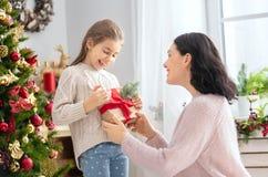 交换礼物的妈妈和女儿 免版税库存图片