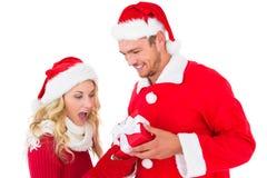 交换礼物的欢乐年轻夫妇 免版税库存图片