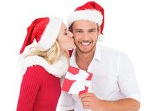 交换礼物的欢乐年轻夫妇 库存照片