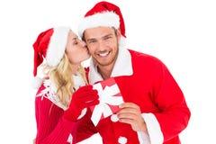 交换礼物的欢乐年轻夫妇 免版税库存照片