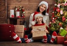 交换礼物的母亲和女儿 免版税图库摄影