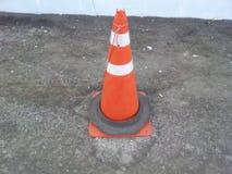 交易与白色和桔子小条的锥体在灰色沥青 库存照片