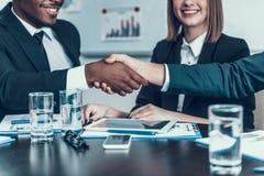 交易做 不同种族的业务会议 信号交换 企业生意人cmputer服务台膝上型计算机会议微笑的联系与使用妇女 图库摄影