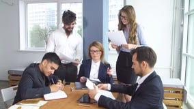交易和签署的结论合作协议 同事坐在谈判桌上 股票视频