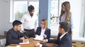 交易和签署的结论合作协议 成功的商人在一次会议上在 免版税库存照片