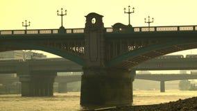 交易在伦敦,往城市的平底锅桥梁  股票视频