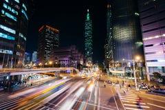 交易在信义路和看法台北101在晚上,在台北 免版税库存照片