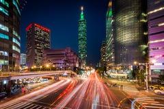 交易在信义路和看法台北101在晚上,在台北 免版税库存图片