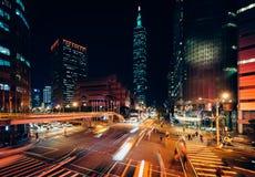 交易在信义路和看法台北101在晚上,在台北 库存图片